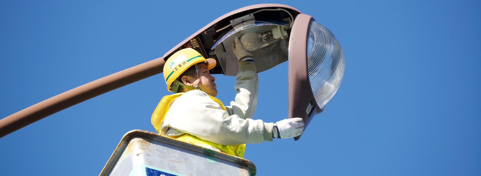 道路照明灯作業